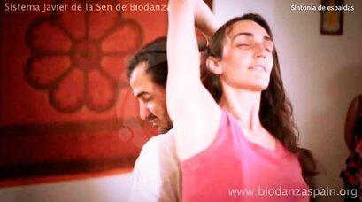 Beneficios-de-la-Biodanza.-Sintonía-de-espaldas