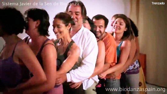 Formación-en-Biodanza-presencial,-danza.Trenzado