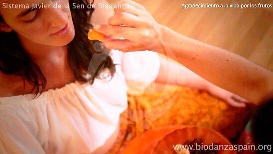 Formación-en-Biodanza Online-y-danza-online.-Agradecimiento-a-la-vida-por-los-frutos-1