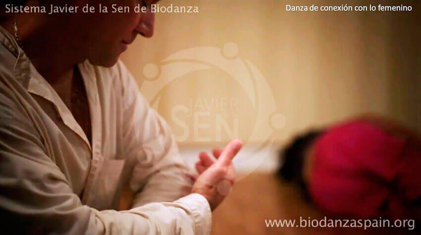 Imágenes-de-biodanza-Javier-de-la-Sen.-Danza-de-conexión-con-lo-femenino